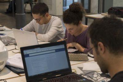 Gruppo di studenti che studiano