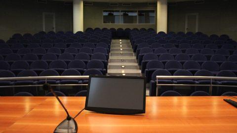 Aula Magna, particolare tavolo presidenziale