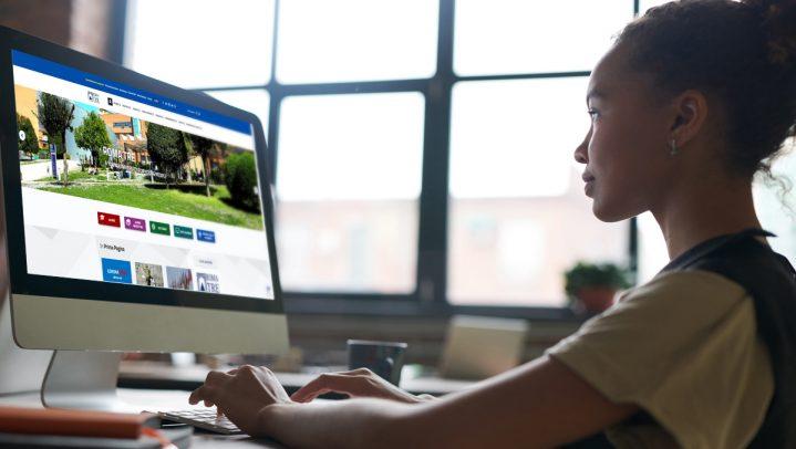 studentessa al computer