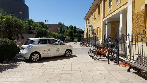 auto elettrica e bici nel piazzale del rettorato